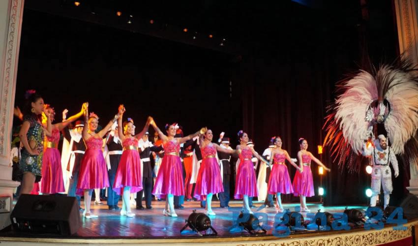 Con un vestuario colorido, sonrisas y porte de jóvenes dedicados a la danza, la presentación comenzó, entre risas, disfraces y amor al arte dancístico el Carnaval de Tlaxcala, comenzó en el recinto más importante en el centro histórico de la capital zacatecana (Foto: Merari Martinez Castro)