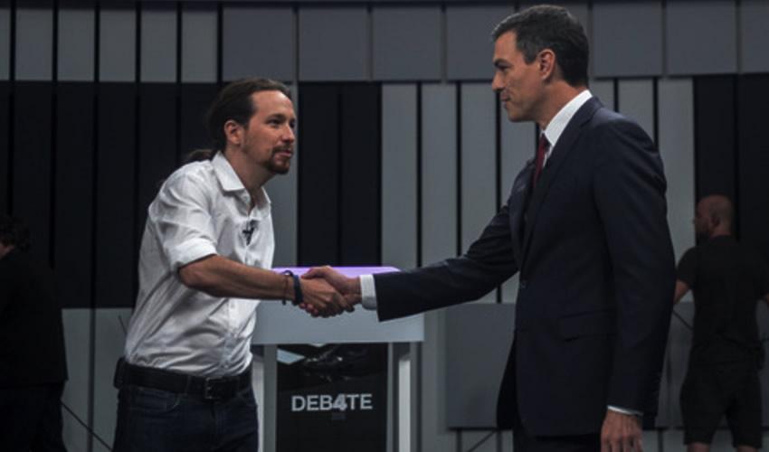 Pablo Iglesias líder de Podemos saluda a Pedro Sánchez, lider del PSOE (Foto: Cortesía)