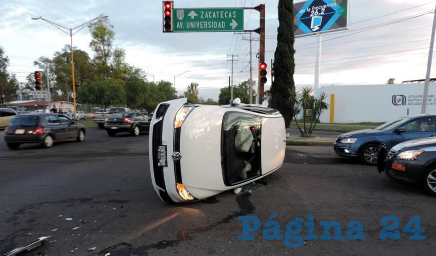 El Volkswagen Gol se volcó luego de ser embestido por un taxi