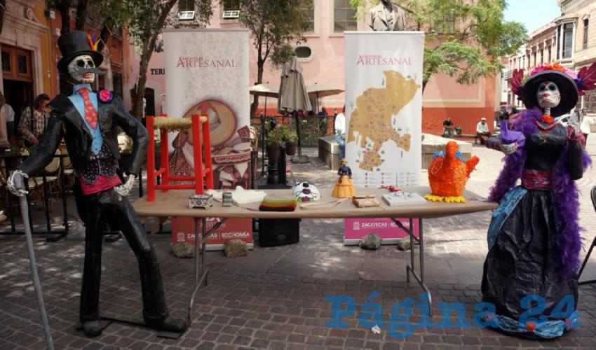 Algunas de las artesanías que los zacatecanos y turistas pudieron apreciar están las cajas de artesanía wixarica, las cuales están decoradas con chaquira de colores con diseños de imágenes representativas del arte huichol (Foto Merari Martínez)