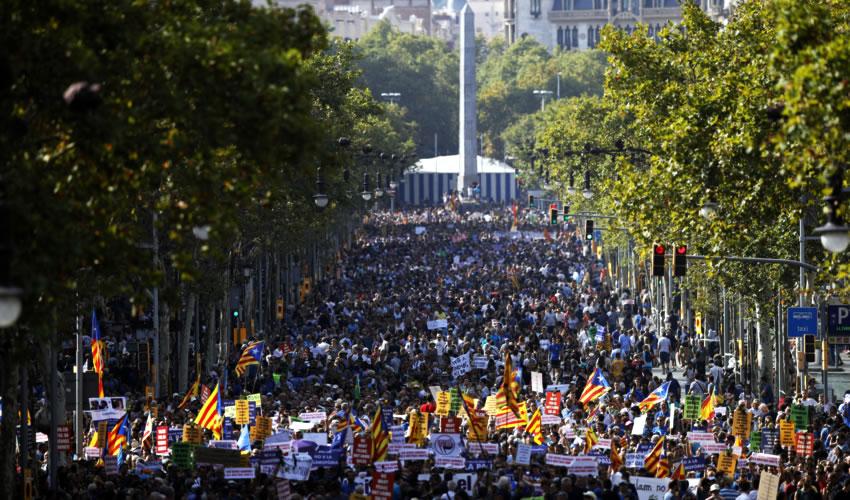 Barcelona, España.- Personas participan durante una marcha para conmemorar a las víctimas de los ataques terroristas de Barcelona y Cambrils (Fotos: Matthias Oesterle/ Juan Carlos Lucas/ Xinhua)
