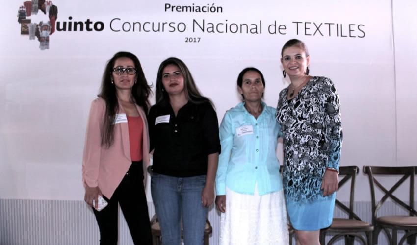 Las tres mujeres profesionales del gremio artesanal obtuvieron primer y segundo lugar y una mención honorífica en las categorías Rebozos y Manteles