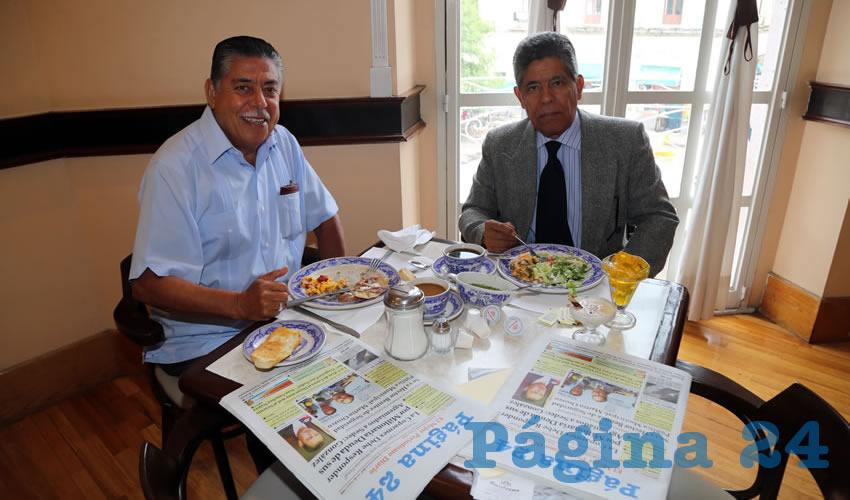 En Sanborns Francia almorzaron Óscar Malo Flores, profesor, e Ismael Landín Miranda, presidente del Colegio de Médicos