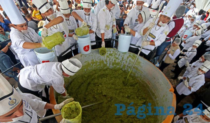 El enorme tazón contuvo 2 toneladas 980 kilos del manjar, con lo que alcanzó el récord Guinnes al guacamole más grande del mundo/Fotos: Cuartoscuro