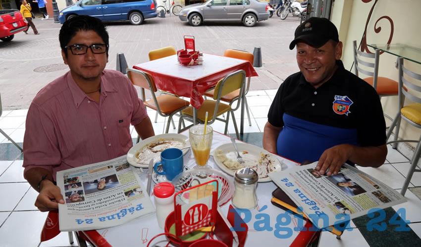 En la Fuente de Sodas Mapi compartieron el pan y la sal Jesús Rodríguez Contreras, coordinador de la oficina de Atención a Migrantes, y Xicoténcatl Cardona Campos, presidente de la Casa del Migrante