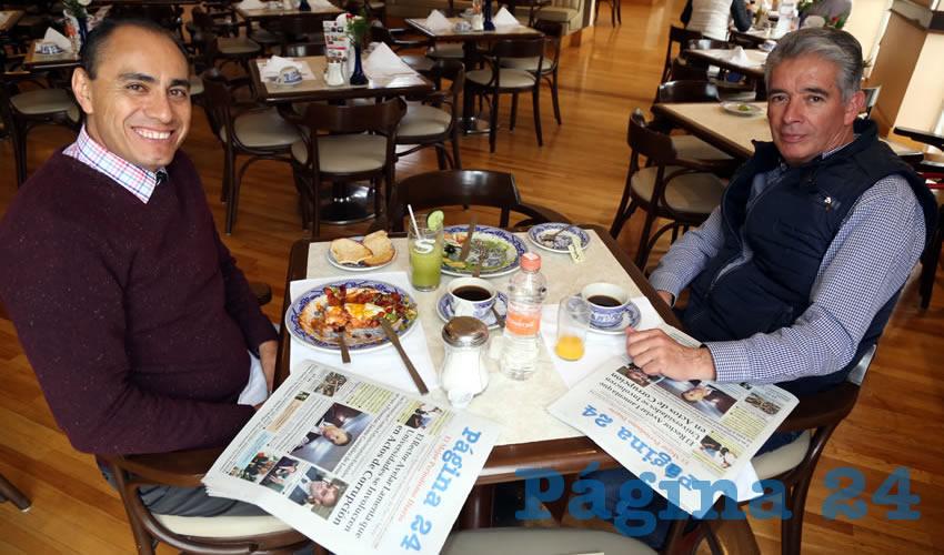Adrián Castillo Serna, titular de la Secretaria de Desarrollo Urbano (Sedum), y Oscar Aragón Jiménez, coordinador de Planeación de Gobierno del Estado, tomaron el primer alimento del día en Sanborns Francia