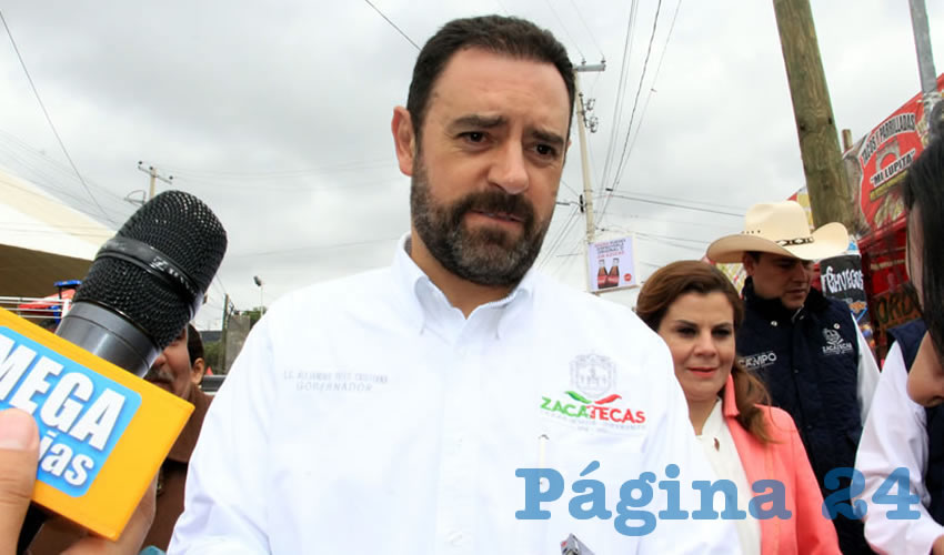 """Alejandro Tello Cristerna ( atrás, su esposa Cristina Rodríguez Pacheco): """"... muchas veces van a venir a la Feria y van a gastar 30 pesos en una cerveza..."""" (Foto: Rocío Castro Alvarado)"""