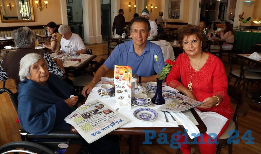 En Sanborns Francia tomaron el primer alimento del día María de la Paz Villalobos Escalante, Abelardo López Villalobos e Imelda López Villalobos
