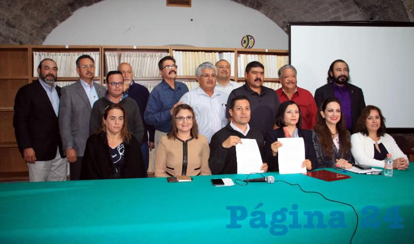 21 clubes migrantes zacatecanos que radican en el vecino país de los Estados Unidos, firmaron un convenio con la Comisión de Derechos Humanos del Estado de Zacatecas (CDHEZ) (Foto Rocío Castro Alvarado)