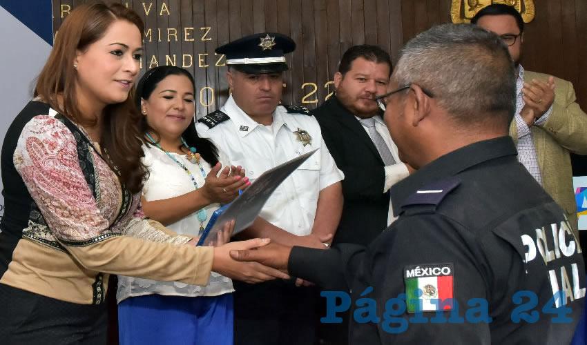 La presidenta municipal dijo estar orgullosa de estas muestras del compromiso que los uniformados tienen con la sociedad