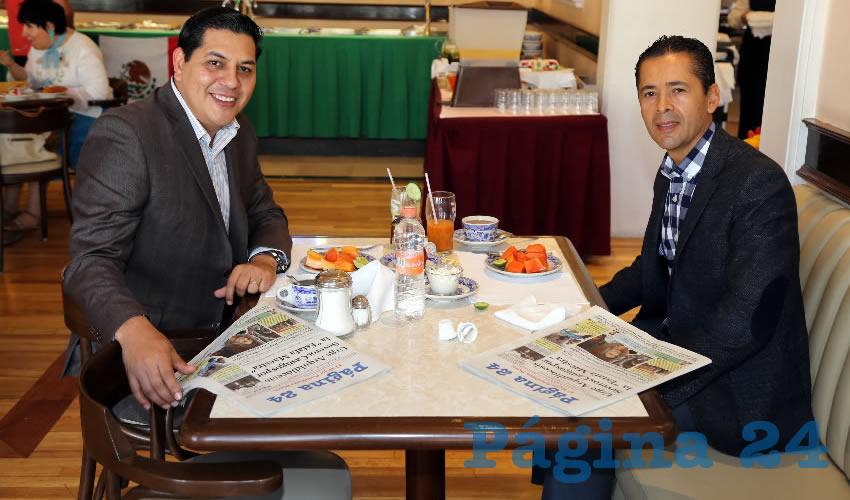 En Sanborns Francia almorzaron Javier Luévano Nuñez, secretario general de Gobierno y Adrián Ventura Dávila, notario público de la notaria 55