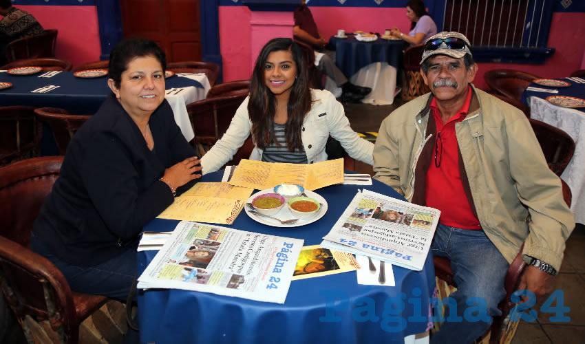 En La Saturnina compartieron el primer alimento del día Patricia Benavides Mendiola, Patricia Torres Benavides y Roberto Torres Fernández