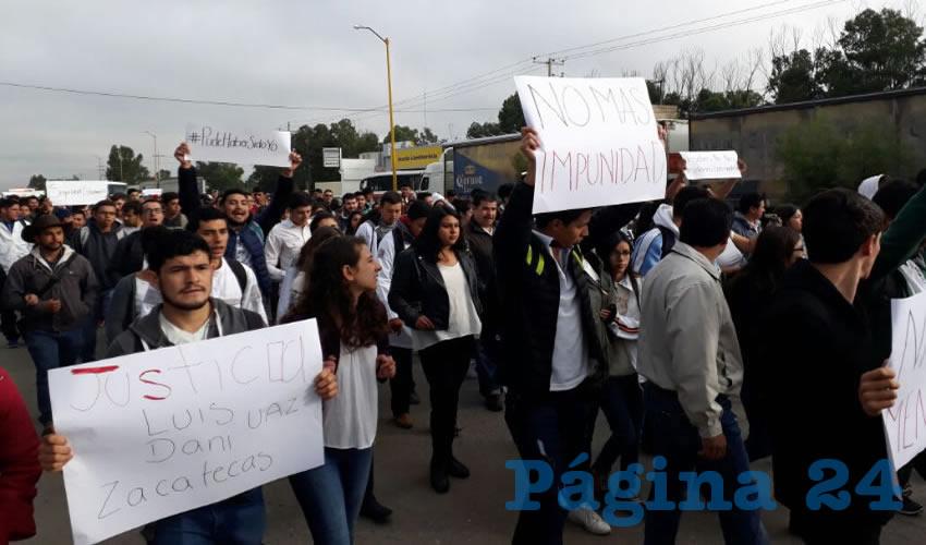 """Entre los gritos de repudio contra el gobernador del estado Alejandro Tello, fueron: """"Somos estudiantes, no delincuentes"""", """"no más violencia"""", """"ni uno menos"""", """"pude haber sido yo"""", """"nosotros no nos metemos con nadie"""", """"seguridad estudiantil"""", y """"de camino a casa quiero ser libre, no valiente"""". (Foto: Cortesía)"""
