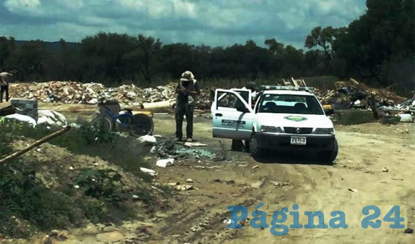 Los inspectores detectaron a personas rellenando el socavón con cascajo y otro tipo de residuos