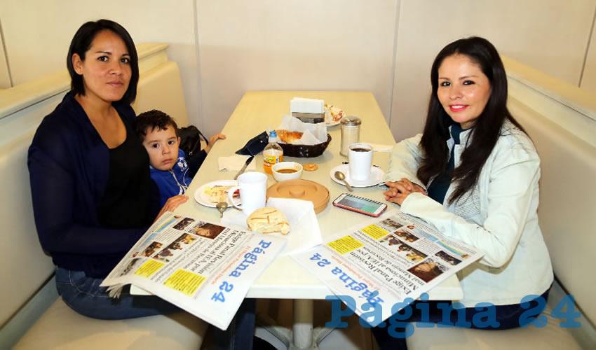 Selina Chávez Naranjo, el niño Darío Hernández Chávez y María Guadalupe López Correón compartieron el primer alimento del día en el restaurante Del Centro