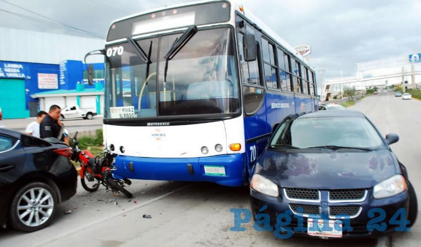 Casi Fallece Motorista al ser Embestido por un Autobús