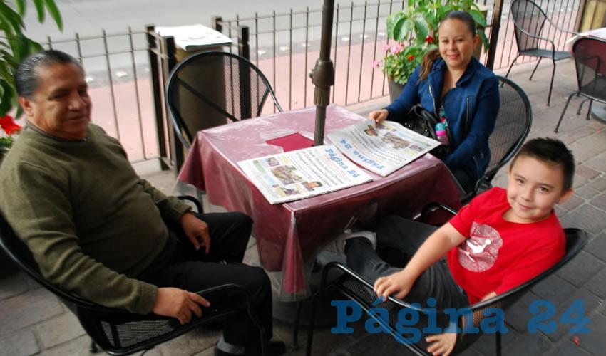 Alberto Márquez Ibarra, su esposa Griselda Barrón y su hijo Alejandro Márquez Barrón desayunaron en el restaurante Las Antorchas