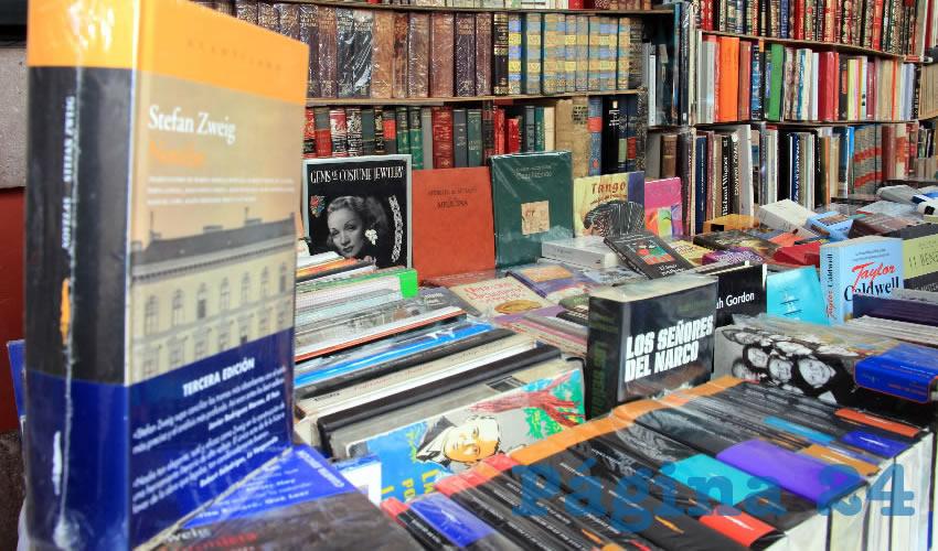 """Los lugares destinados a los vendedores de libros y librerías, corresponden a personas dedicadas a la venta, principalmente de """"libros de viejo"""", o usados, que son vendidos a precios accesibles. (Foto Rocío Castro Alvarado)"""