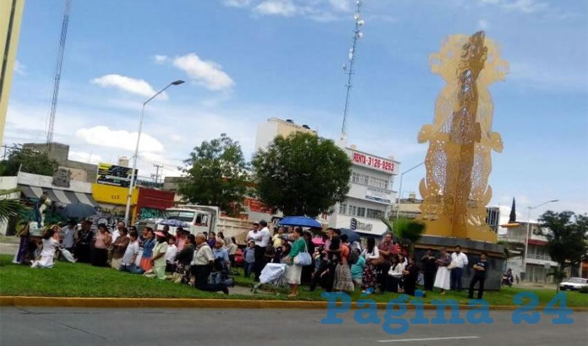 Con su manifestación pacífica, los católicos insistieron en que la escultura –que costó más de 5 millones de pesos al ayuntamiento tapatío–es una ofensa para sus creencias religiosas; algunos también criticaron el excesivo costo que tuvo/Foto: Francisco Tapia