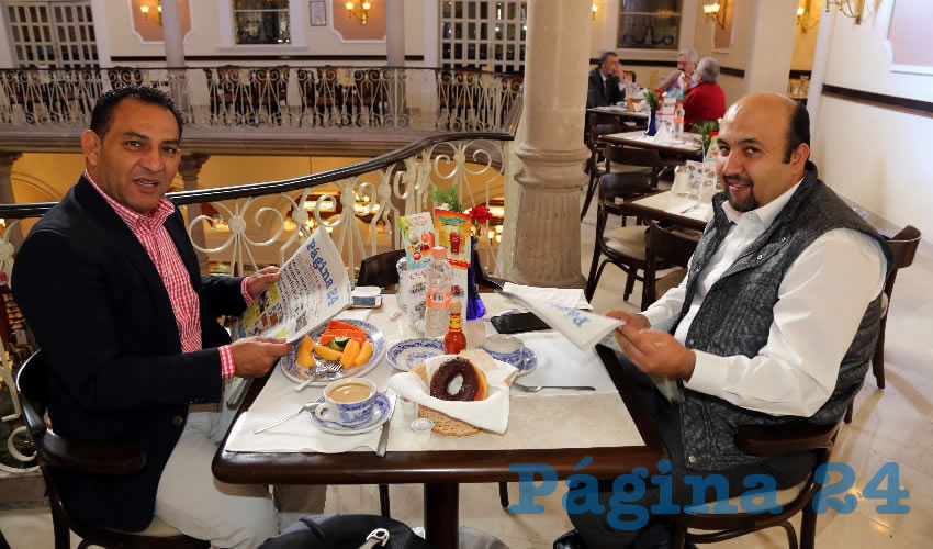 En Sanborns Francia almorzaron Rodolfo Téllez Moreno, secretario de Servicios Públicos del Ayuntamiento de Aguascalientes; y Omar Abarca Torres