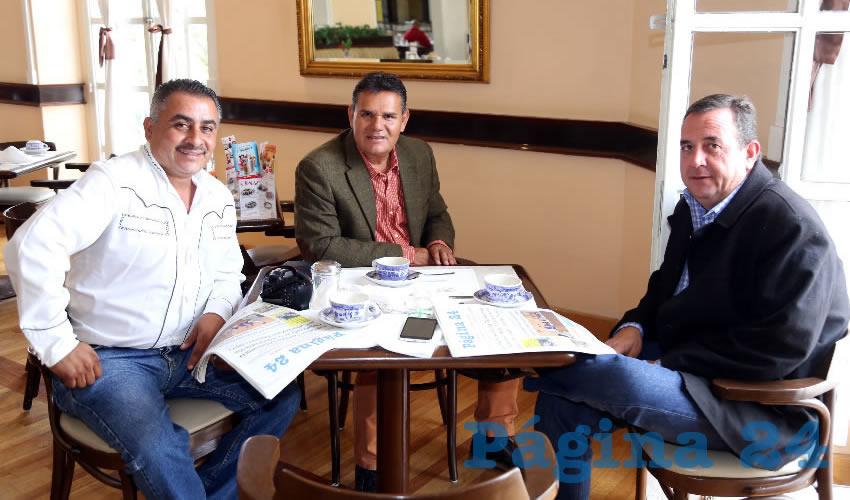 Antonio Cortés Zavala, José Luis Martínez Rodríguez, expresidente municipal de El Llano; y Manuel Parada Navarro se reunieron en Sanborns Francia