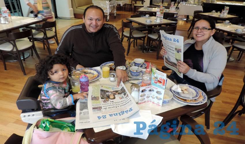 En Sanborns Francia almorzaron la niña Alejandra Elizabeth Hernández Mora y sus padres Israel Hernández y Alejandra Mora