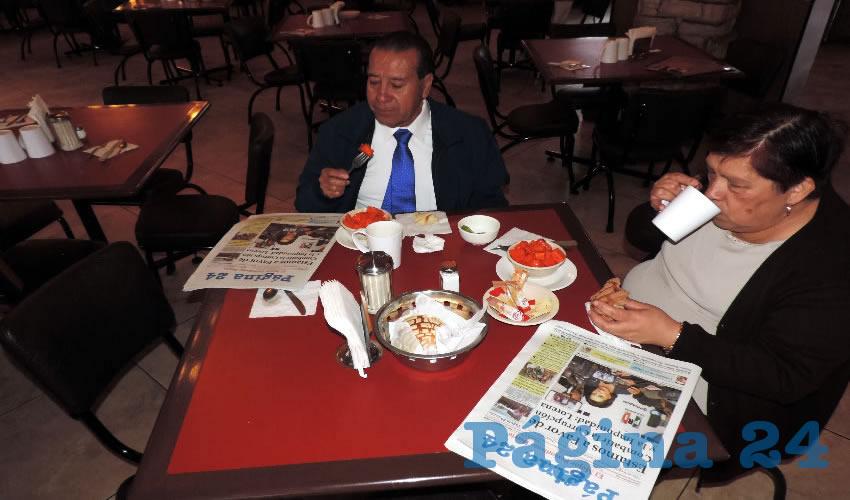 Raúl Arellano Ibarra y Lupita Rangel Montes tomaron el primer alimento del día en el restaurante Las Antorchas