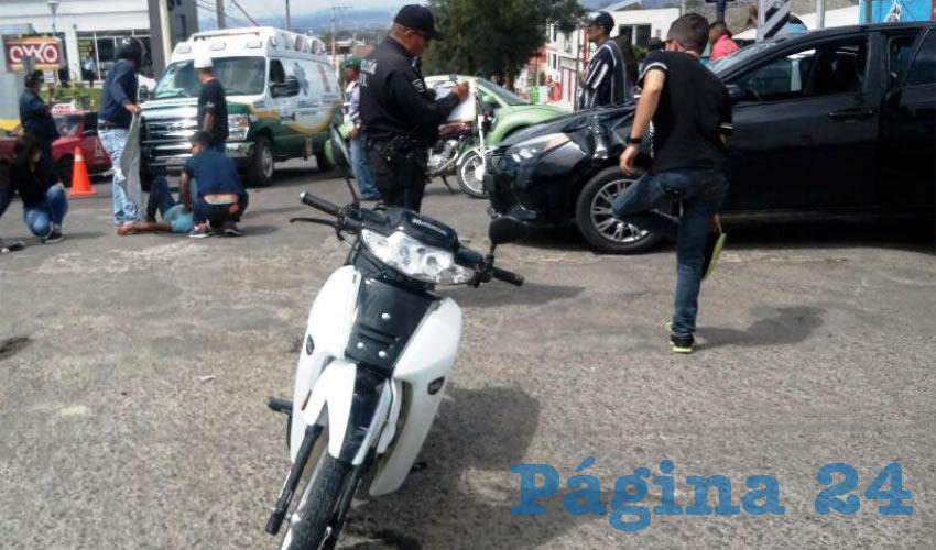 En primer plano, la jaca de acero que tripulaban Manuel Castorena Ramírez y María Isabel Rangel Hernández; atrás, el automóvil que conducía Diego Alejandro Huerta Larios