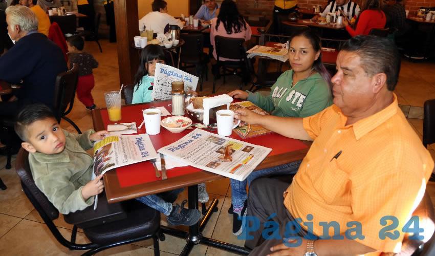 En Las Antorchas almorzaron el niño Leonardo Michel Pérez Castro, Noemí Guadalupe Castro Martínez, Rita Castro Martínez y Francisco Flores Flores, coordinador estatal de Cimientos del Magisterio