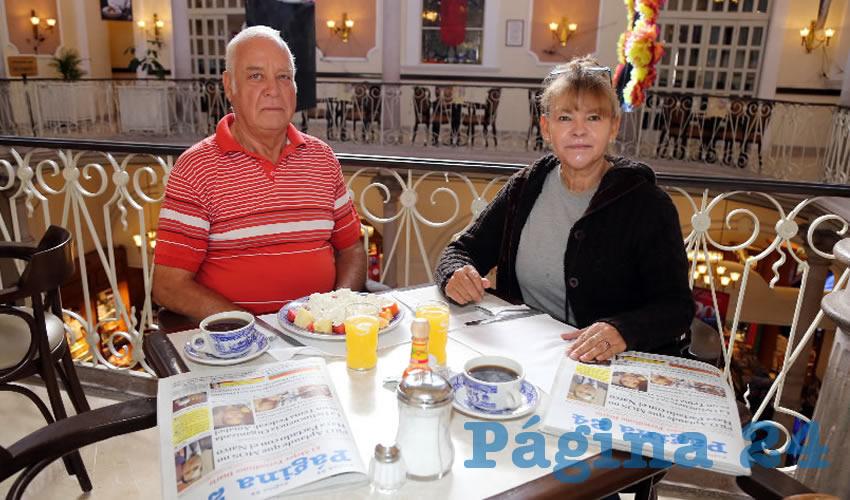 En Sanborns Francia almorzaron José Rodríguez Colín y Tere Camarillo García