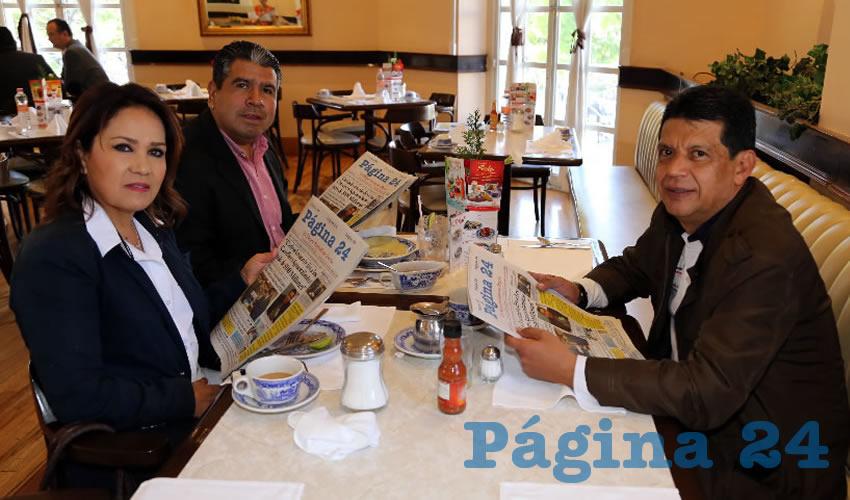 En Sanborns Francia compartieron el primer alimento de la mañana Miriam Rodríguez Tiscareño, secretaria de Desarrollo Social del Municipio de Aguascalientes; Moisés de Luna Martínez, coordinador jurídico de la SOPMA; y Marco Antonio Licón Dávila, secretario de dicha institución
