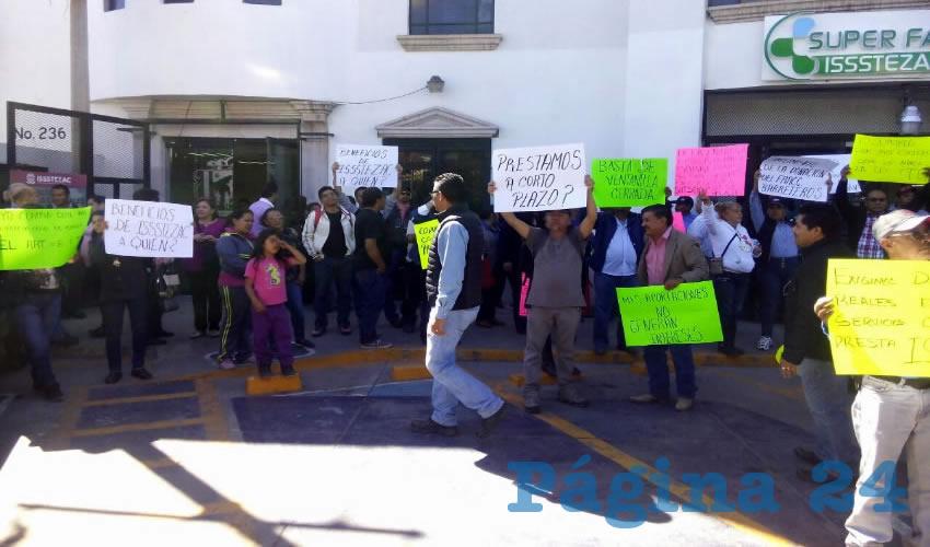 Cerca de 150 trabajadores arribaron a las afueras del edificio del instituto para que posteriormente, una comisión entrara a una mesa de diálogo con Francisco Martínez Muñoz, director del ISSSTEZAC con delegados sindicales de Fresnillo, Río Grande, Guadalupe y Zacatecas (Foto Merari Martínez Castro)