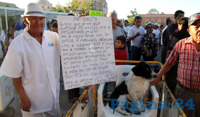 Don Carolino con su pancarta: marchó en vano, nadie lo escuchó