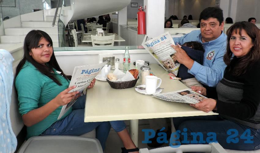 Andrea Martínez, Armando Martínez cargando al pequeño Emilio y Leticia Cervantes, compartieron el pan y la sal en el restaurante Del Centro