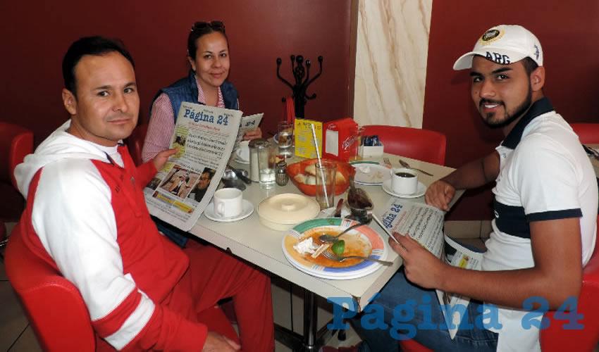 En el restaurante Mitla desayunaron Ramón Salas, Julieta Torres y Alan Salas