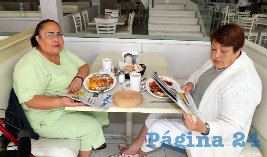 En el restaurante Del Centro compartieron el primer alimento de la mañana Claudia Serna Delgado y Teresa Delgado Quezada