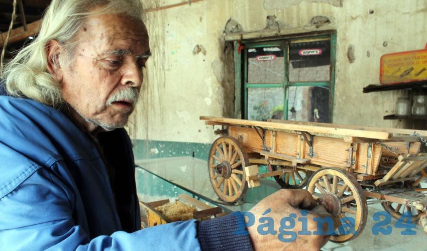 Don Manuel Cardona ha dedicado gran parte de su vida a la elaboración de carretones y carretas a escala de alta calidad, cuyos precios oscilan entre los 5 y 15 mil pesos
