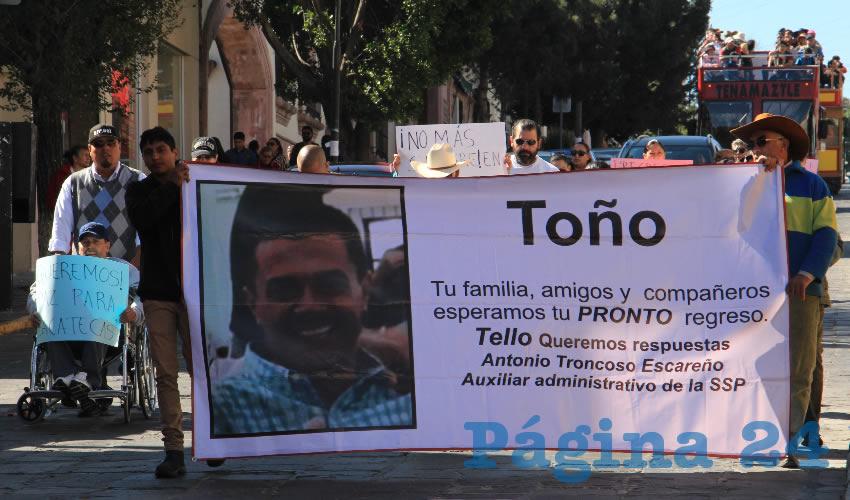 """""""Salimos a dar la cara, salimos a protestar por la muerte de nuestros familiares y desaparecidos. Pues casi se cumple un mes de la desaparición de Rosalía y Toño, a lo cual no ha habido respuesta. Exigimos al gobierno que haga su trabajo. Queremos que las fuerzas castrenses tomen en sus manos la seguridad en Zacatecas porque no hay respuesta a la inseguridad"""", insistió Hernández Ríos."""