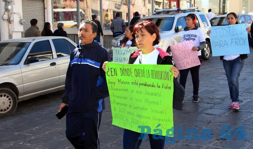 """""""¡Regresen a Toño y a Rosalía!, ¡Toño, esperamos tu regreso, queremos respuestas!, ¡No más sangre en Zacatecas!, ¡Justicia para Froy Iram!"""" fueron algunas de las consignas que también quedaron plasmadas en cartulinas (Foto Rocío Castro Alvarado)"""