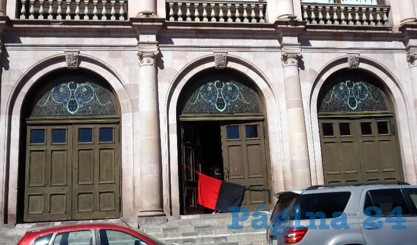 Desde las 7 horas fue que las banderas rojinegras fueron colocadas en diferentes edificios de la máxima casa de estudios de la entidad (Foto Merari Martínez Castro)