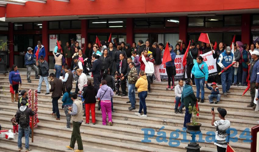 Al llegar al edificio burocrático se manifestaron a las afueras, ocasionando congestionamiento vial en la zona de la capital para exigir diálogo con la priísta (Foto Merari Martínez Castro)