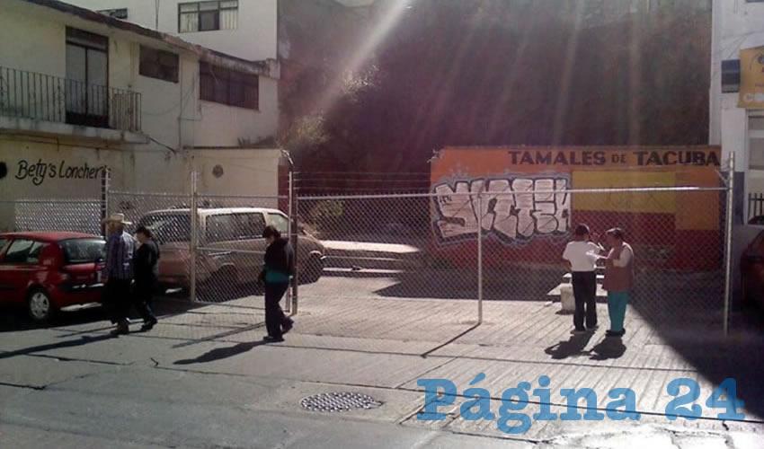 Este tipo de actos pasa en la capital pese a que autoridades viales presumen que han retirado tubos y botes que obstruyen la vía pública en diferentes colonias (Foto Cristo González)