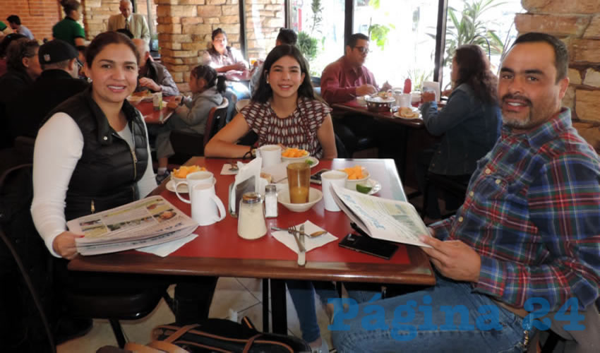 La familia Rojas tomó su primer alimento del día en el restaurante Las Antorchas