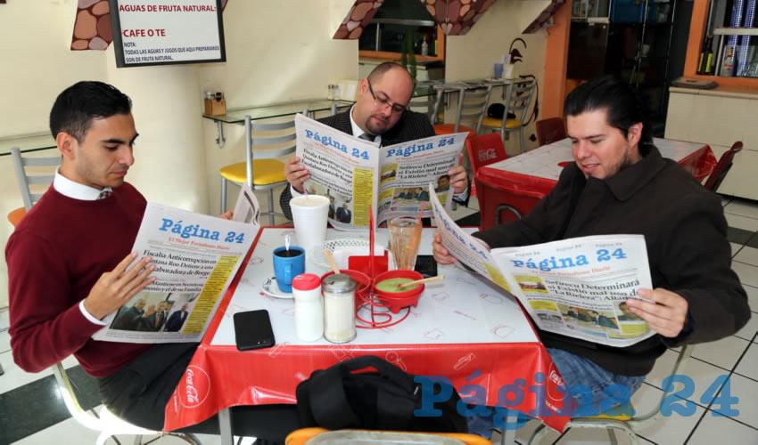 En Fuente de Sodas Mapi almorzaron Javier Soto Reyes, Aquiles Romero González, secretario general del Congreso del Estado; y Juan Carlos Raya Gutiérrez