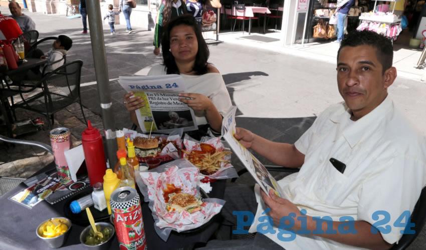 En BX Burgers compartieron los alimentos Teresa Reyes Macías y Juan Carlos Trujillo Hidalgo