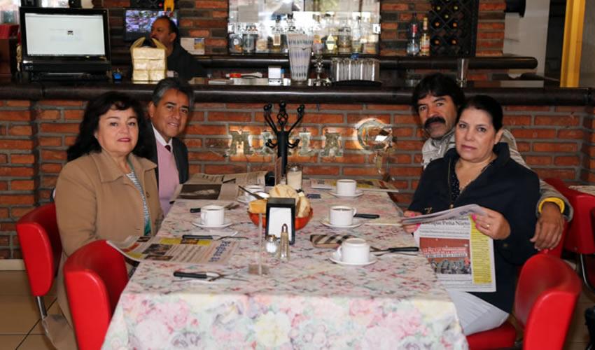 En el restaurante Mitla desayunaron Gabriela Prado Martínez, Juan Gerardo Ortega Ayala, juez en el Municipio de Rincón de Romos, Guadalupe López Garduño y Gaspar Rodríguez Gutiérrez