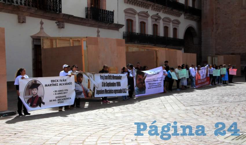 """Los manifestantes demandaron al gobierno los atienda y abra las puertas de las oficinas, además que no los vean con indiferencia porque """"somos unos cuantos"""" en este grupo que sale a las calles tras ser trastocados por la inseguridad (Foto Rocío Castro Alvarado)"""