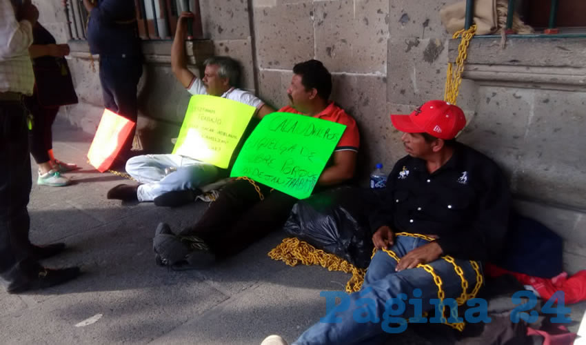 Cuatro calandrieros se amarraron al edificio de la presidencia tapatía para evidenciar la cerrazón del alcalde Enrique Alfaro Ramírez, quien se encapricha en que acepten por la fuerza la renovación, lo que ha puesto en jaque a más de 70 choferes y propietarios que están en contra de los vehículos eléctricos/Foto: Francisco Tapia