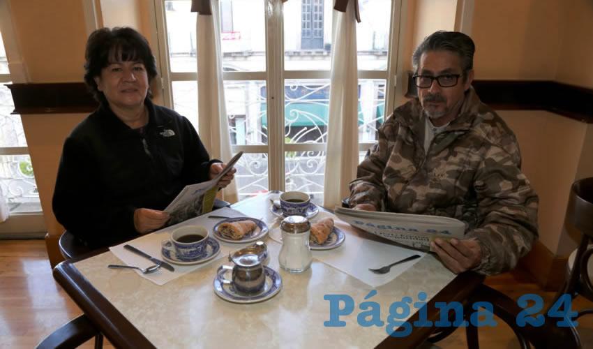 En Sanborns Francia compartieron el pan y la sal Socorro Olguín Pérez y Mario Prado Anaya, visitantes de la Ciudad de México