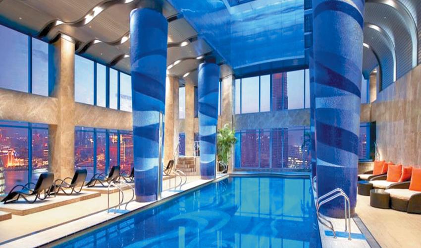 Shangai, China.- Y esta la impresionante piscina panorámica del prestigiado hotel de 5 estrellas